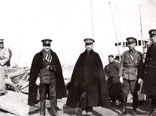 1927 年,蔣介石與蘇聯顧問加倫將軍合影。圖│中央廣播電台