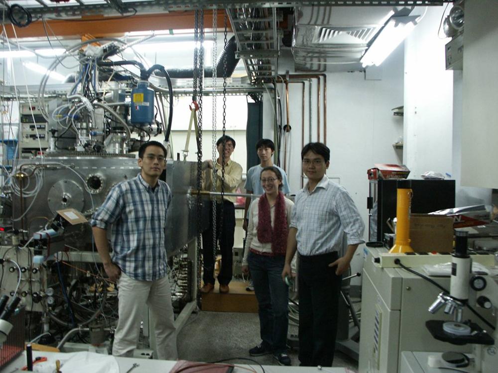 和實驗室成員一起 DIY 打造交叉分子束儀器(左側機器),是科學家的樂趣。資料來源|林志民提供