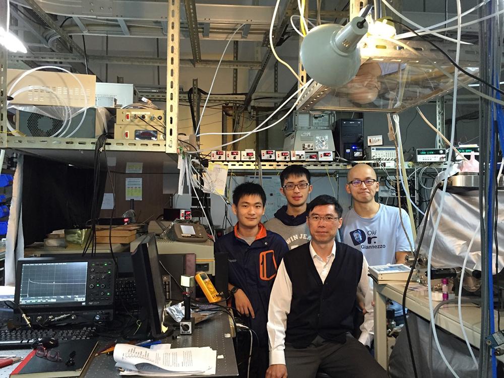趙彣、謝郡庭參加 《科學家在玩什麼?》體驗營後,加入林志民的實驗室,研究克里奇中間體和水分子的反應,論文登上國際期刊《科學(Science)》。 資料來源|林志民提供