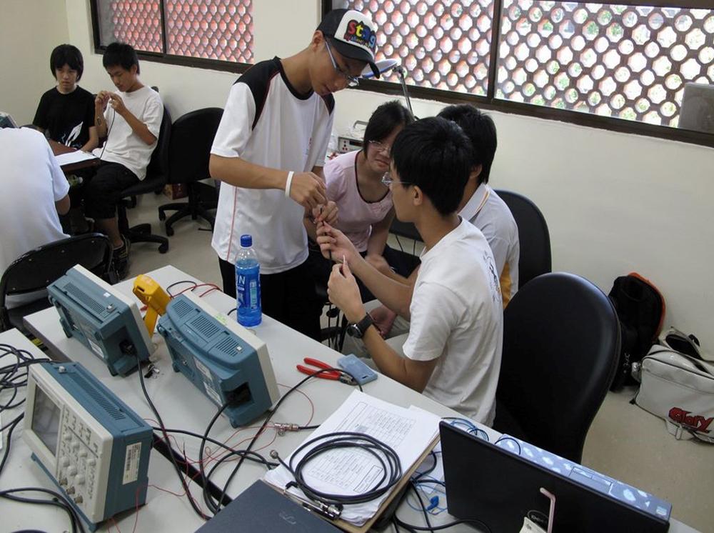 《科學家在玩什麼?》體驗營,觀察訊號在同軸電纜中如何反射。資料來源|林志民提供