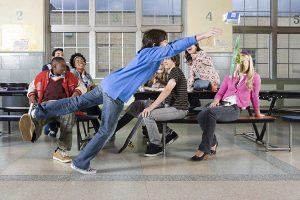 地位鬥爭不只發生在成人的職場,也普遍存在於青少年的校園生活中。圖|iStock by Image Source
