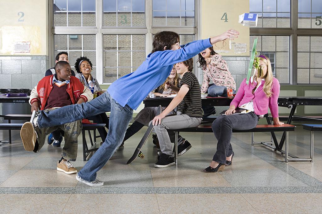 地位鬥爭不只發生在成人的職場,也普遍存在於青少年的校園生活中。圖片來源:iStock by Image Source