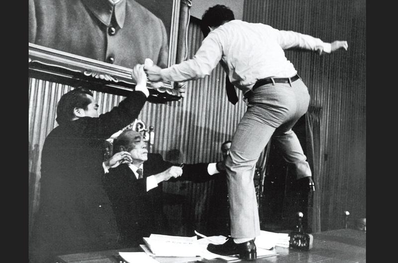 1988 年 4 月 7 日,民進黨立委朱高正,跳上主席台毆打立法院長劉闊才,開國會全武行之先河。 資料來源│聯合新聞網〈那些年…你所不知道的立委打架內幕〉