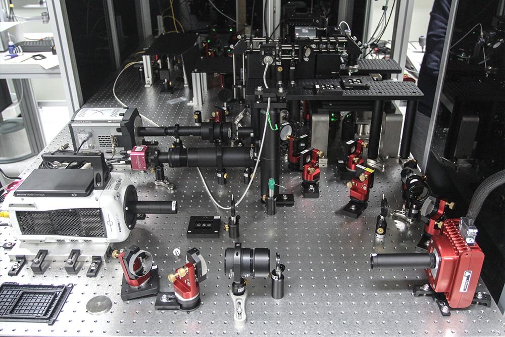 超高速光學顯微鏡全貌:這是謝佳龍團隊大幅優化的第二代版本,並同時紀錄傳統的螢光標籤影像以利比較。 攝影│張語辰