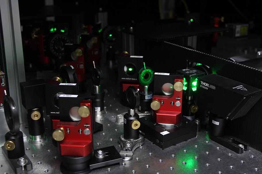 超高速光學顯微鏡局部:雷射光會先穿過 SM 、AOD 、層層透鏡後,再前往樣本放置台。 攝影│張語辰