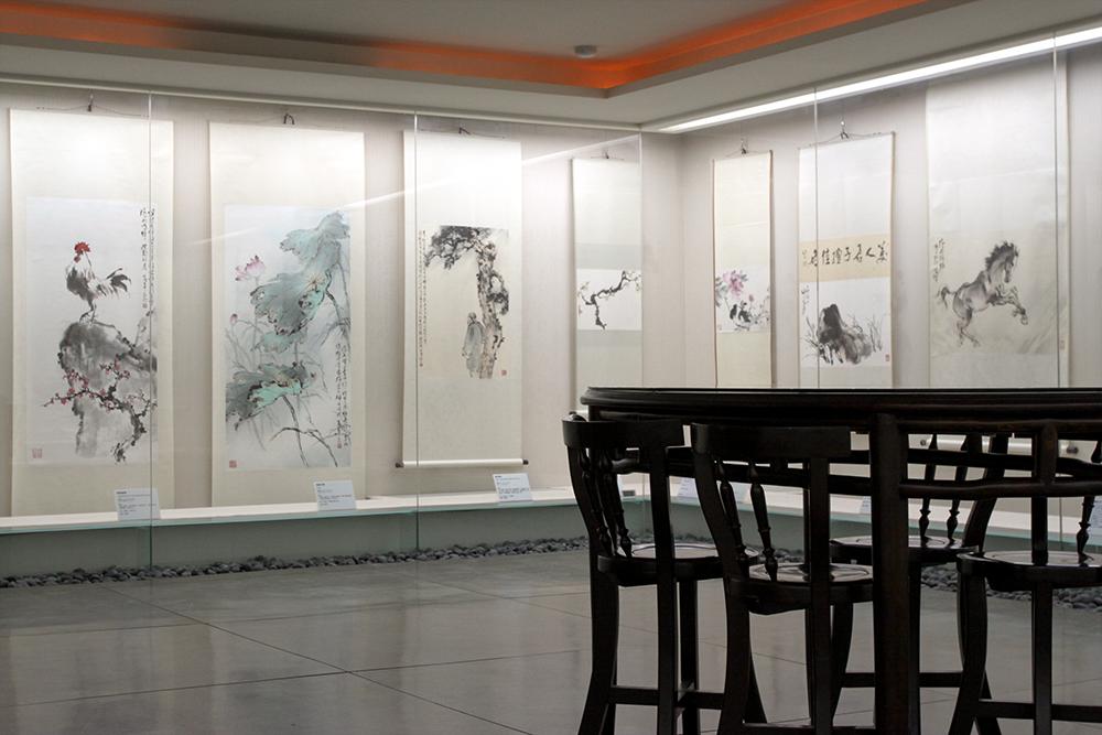 岭南美术馆展厅一隅,欢迎你拉张椅子坐下,感受岭南画派中的奥妙自然。摄影│张语辰