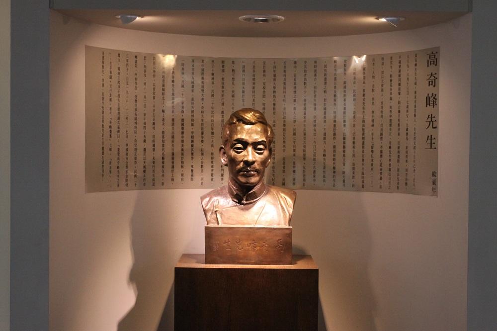 进入岭南美术馆,可见到三尊岭南画派创始人的塑像,照片中为高奇峰先生。 摄影│张语辰