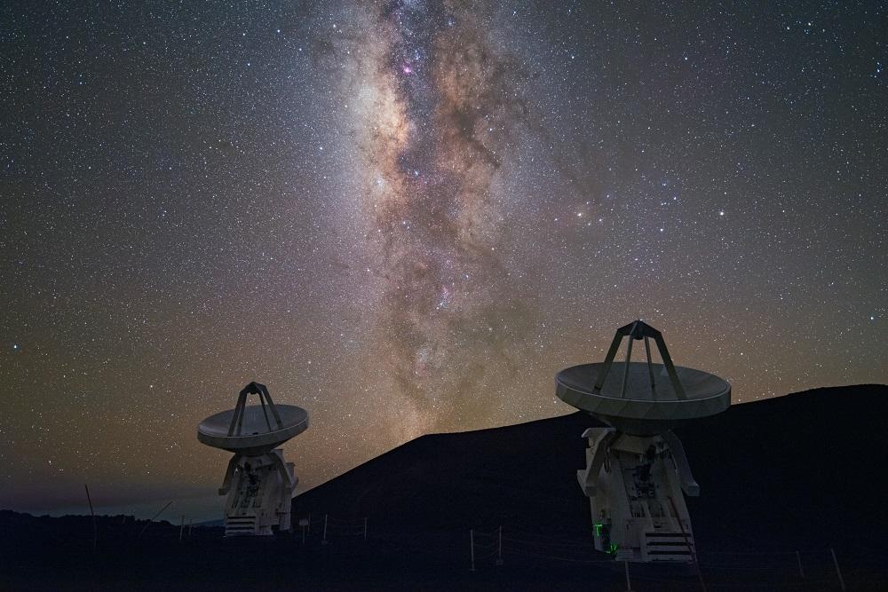 夏威夷毛納基山頂上的次毫米波陣列 (SMA) ,是中研院天文所參與的重要計畫。 攝影│王為豪
