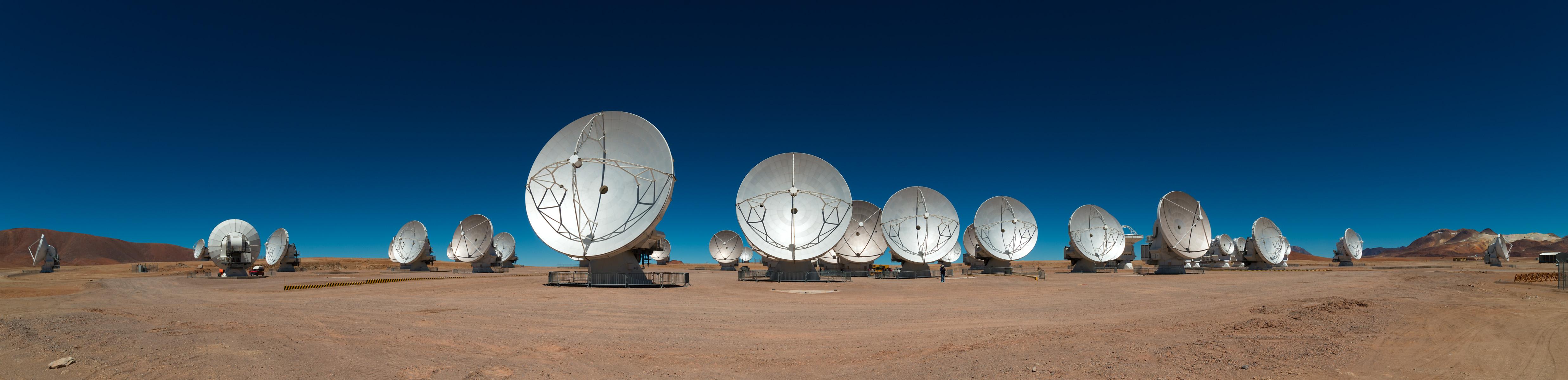 位于智利的阿塔卡玛大型毫米及次毫米波阵列 (ALMA) ,于 2013 年正式启用,中研院参与其建造及营运。其灵敏度比前一代的 SMA 高出几个数量级。 摄影│王为豪