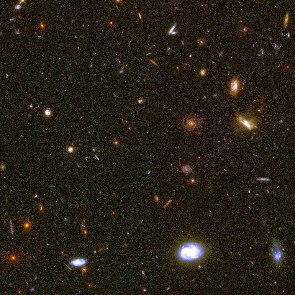 """由""""哈伯深空""""撷取的一小块影像,包含了众多的遥远星系。有些遥远星系会发出远红外光,也有些会发出 X 光、无线电波或紫外光。 图片来源│哈伯太空望远镜"""