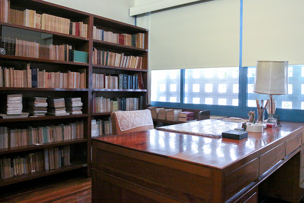 滿滿的藏書包圍著書桌,這是一代知青胡適先生的書房。圖│研之有物