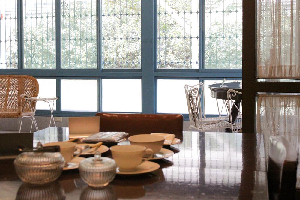 胡适故居的餐桌,这个位置是他最喜欢写作和思考的地方。摄影│张语辰