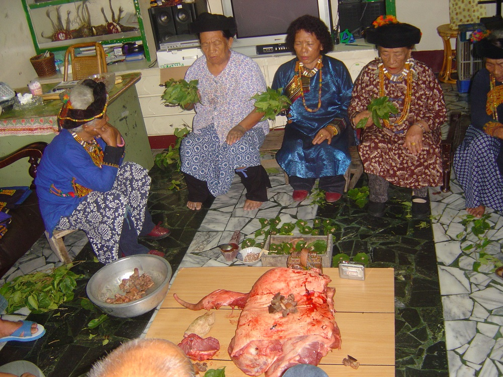 排灣族古樓村正在進行唱經儀式,當女巫開始唱經,她們便踏上與神祖靈相會的「路」。 圖片來源│胡台麗提供