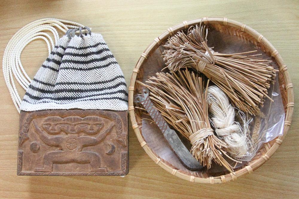 左方是巫師箱袋。唱經儀式中,當各段落的神靈現身時,女巫會用小刀沾點水杯裡的水祭獻。 攝影│張語辰