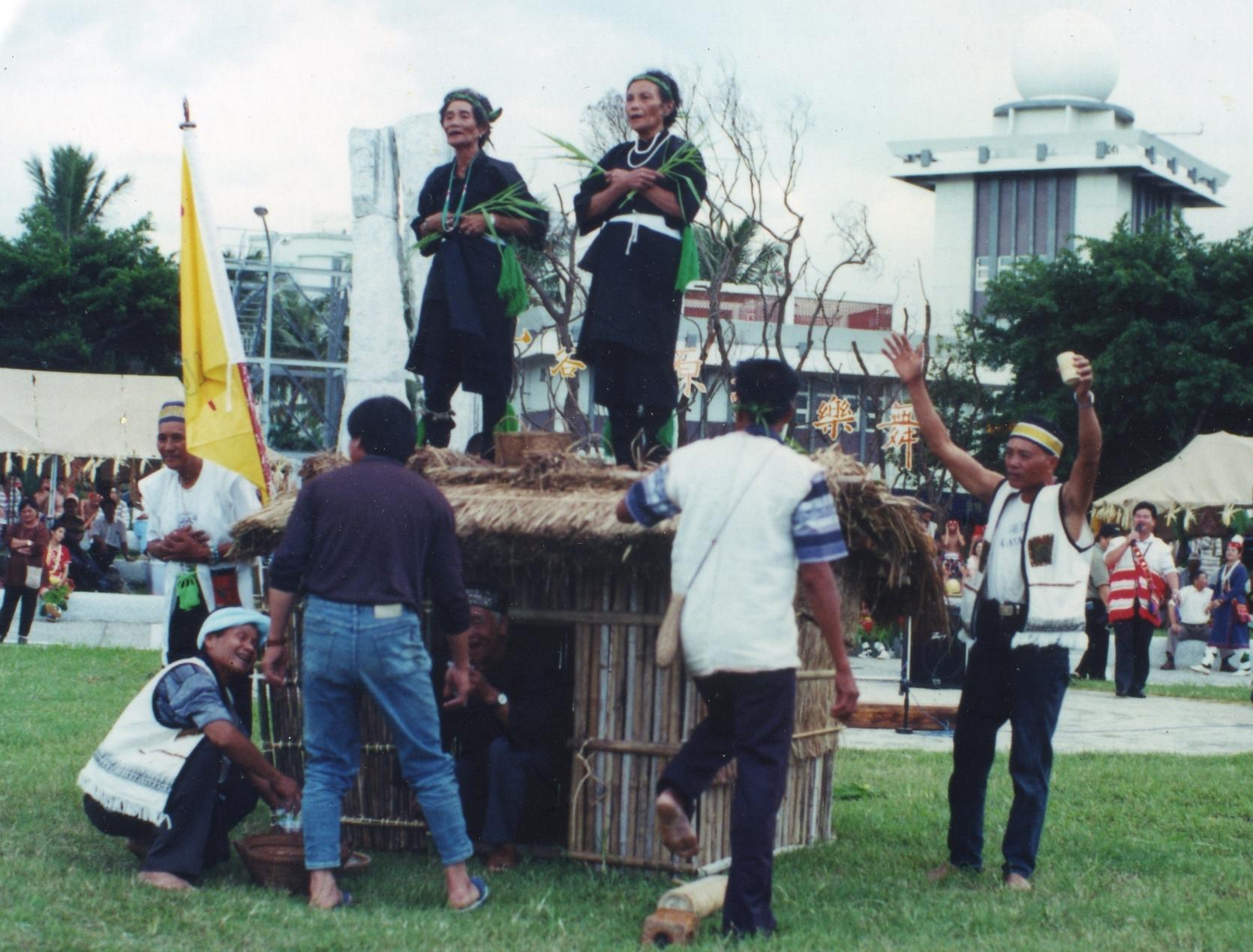 現今 kisaiz 變成噶瑪蘭族對外展示的文化資產,在國家劇院、地方文化中心等舞台演出,女巫在屋頂上跳舞、呼喊女神是最獨特的展演。 圖片來源│劉璧榛提供
