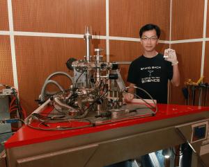 莊天明和中研院自製的低溫超高真空 STM 系統。攝影│廖英凱