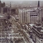 百貨公司把各種理想生活、異國情調帶到當地,不僅在地景上直接改寫城市風貌,更改變了城市裡人們的生活面貌,把任何事物都變得有其消費性。圖片來源│連玲玲提供