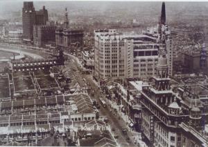 百貨公司把各種理想生活、異國情調帶到當地,不僅在地景上直接改寫城市風貌,更改變了城市裡人們的生活面貌,把任何事物都變得有其消費性。圖│連玲玲提供