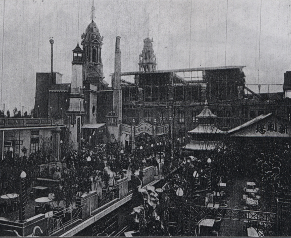 先施百貨的屋頂遊樂場,可以看見各種遊玩設施,圖片右側為劇場。圖│《先施公司二十五週紀念冊》