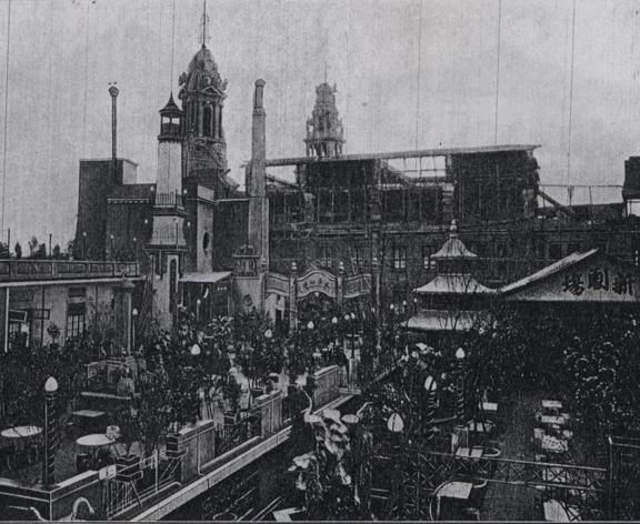 先施百貨的屋頂遊樂場,可以看見各種遊玩設施,圖片右側為劇場。 圖片來源:《先施公司二十五週紀念冊》