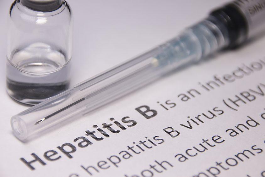 雖然 B 型肝炎疫苗已問世,目前全球仍約有三分之一人口(約 20 億人)曾經感染 B 肝病毒,其中 3 億 5 千萬人成為帶原者。圖片來源│iStock
