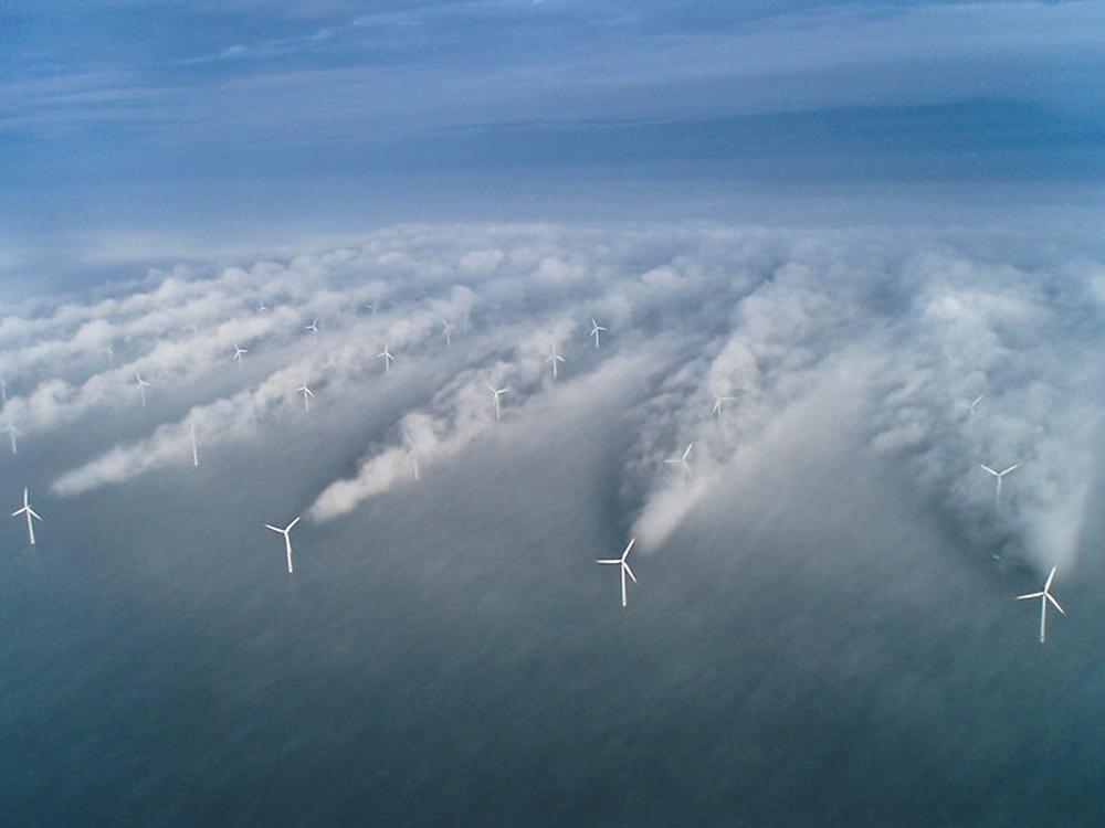 風機擾動大氣後,產生可能綿延 30 公里長的「尾流」,會對於風場中的大氣狀態產生相當重要的影響。圖為尾流結合凝結水氣的壯觀畫面。 資料來源│Vattenfall