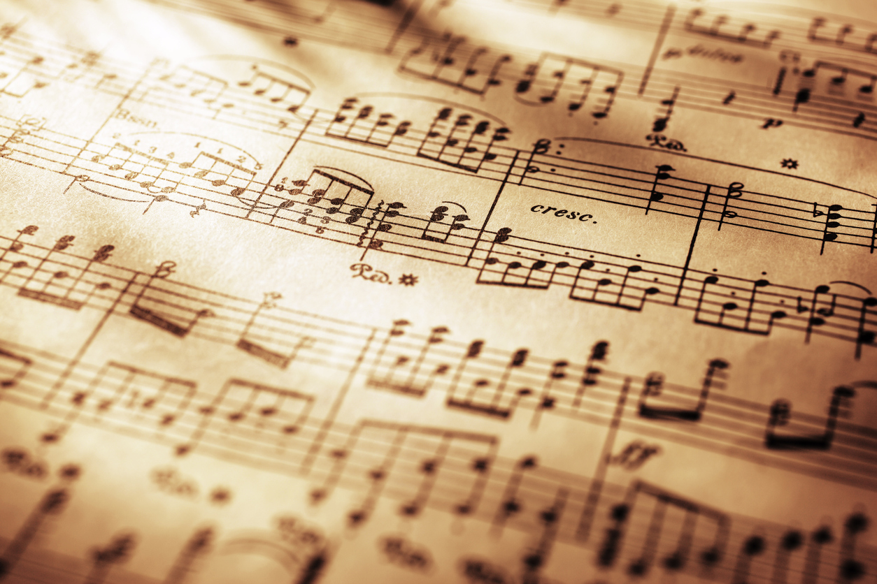 從最常使用記載樂曲的五線譜來看,接起每一個音高才會組成一段旋律,若依照標準樂譜所演奏的樂曲中,音高該上揚,還是下降,是不會被演奏者影響及改變。圖片來源│iStock