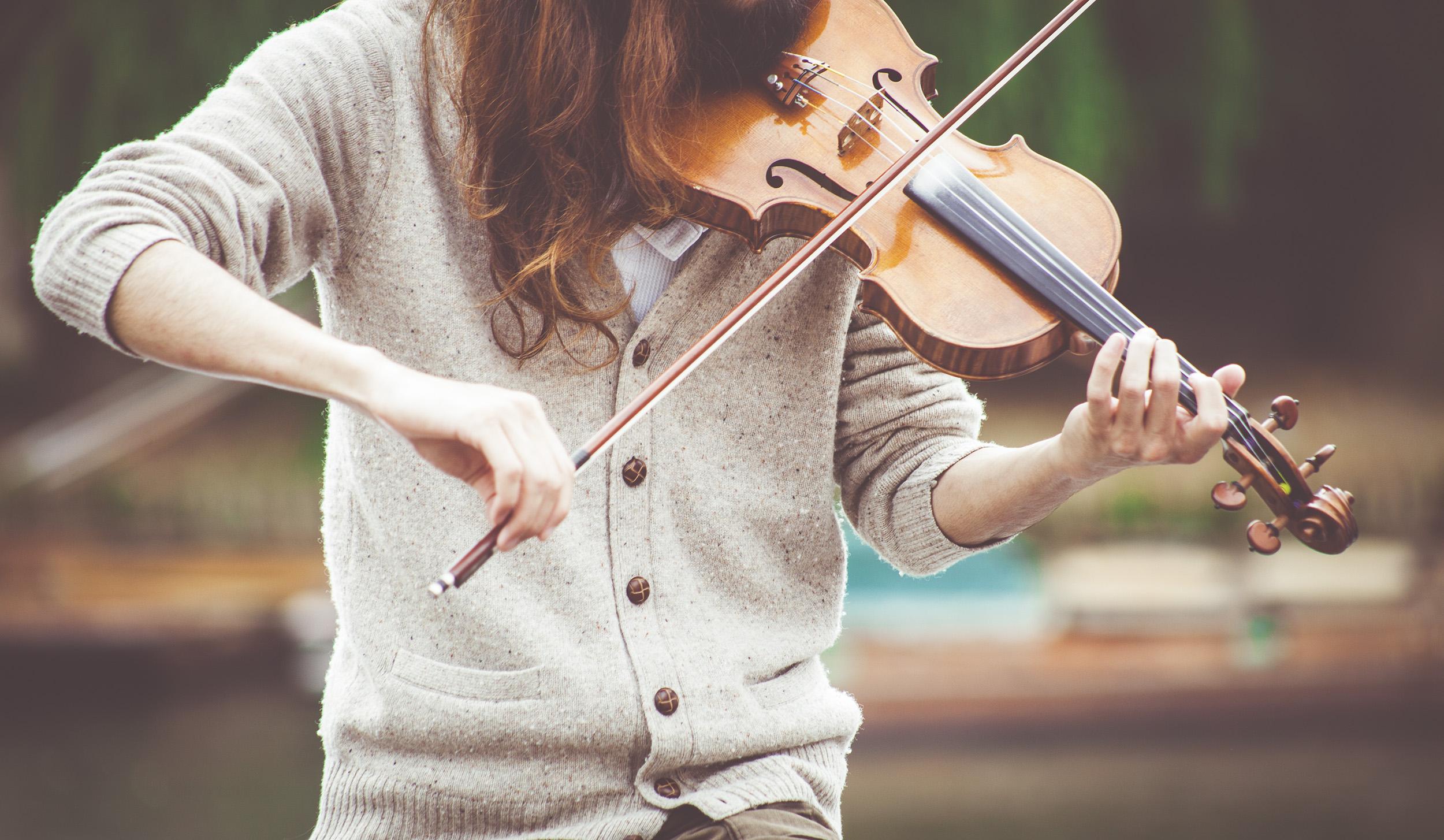 音樂人工智慧的研究範疇,除了理解音樂天才如何聽音樂以外,還有音樂演奏家如何「詮釋」音樂。 圖片來源│Clem Onojeghuo