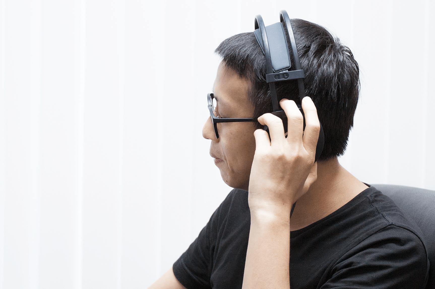 如何打破「會音樂」與「不會音樂」的高牆,利用科技創造更好的音樂學習介面,讓音樂欣賞與彈奏更好上手,便是蘇黎致力研究的目標。 攝影│張語辰