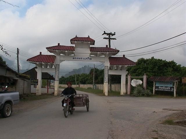 在泰北金三角地區的一個村子口,有著一座拱門,兩旁以漢字寫著「皇恩浩蕩」,但並非指中國的皇,而是泰國普密蓬國王,因為 1980 年時泰國普密蓬國王讓這些逃離中國的雲南人變成泰國公民,走出難民身分。 圖片來源│黃樹民提供