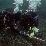 水下考古隊員正在測繪沉船「山藤丸」的殘骸。很多人會將水下考古與水下尋寶、打撈沉船混為一談,其實,水下考古是一種技術,也是一門學問,正式的名稱應該是「水下考古學」。照片來源│臧振華提供