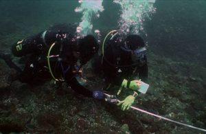 水下考古隊員正在測繪沉船「山藤丸」的殘骸。很多人會將水下考古與水下尋寶、打撈沉船混為一談,其實,水下考古是一種技術,也是一門學問,正式的名稱應該是「水下考古學」。圖│臧振華提供