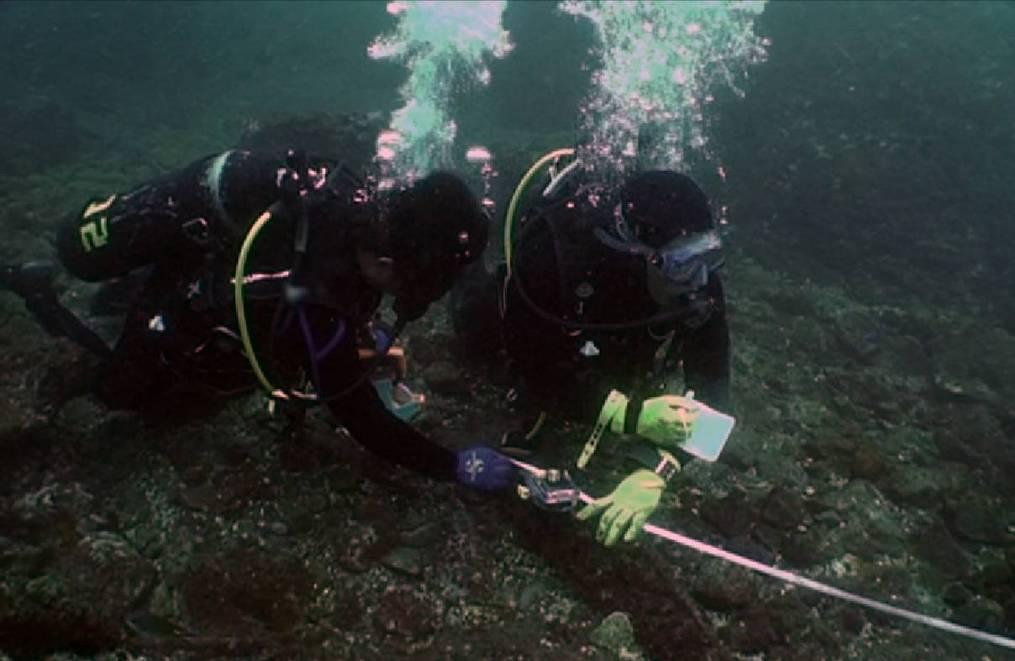 水下考古隊員正在測繪沉船「山藤丸」的殘骸。很多人會將水下考古與水下尋寶、打撈沉船混為一談,其實,水下考古是一種技術,也是一門學問,正式的名稱應該是「水下考古學」。圖片來源│臧振華提供