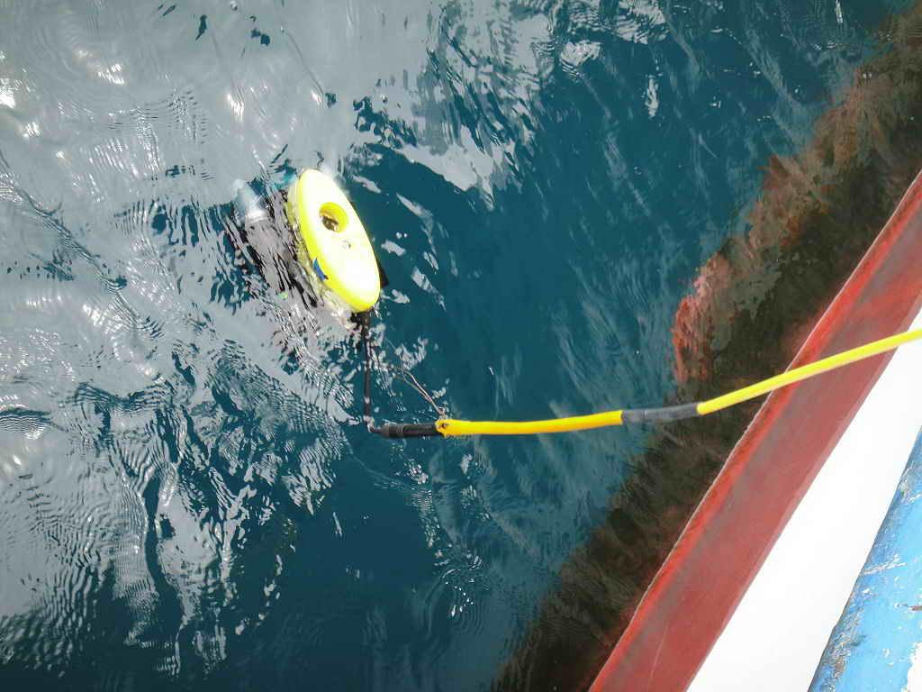水下考古隊使用水下無人載具 (ROV) 到水中驗證沉船。圖片來源│臧振華提供