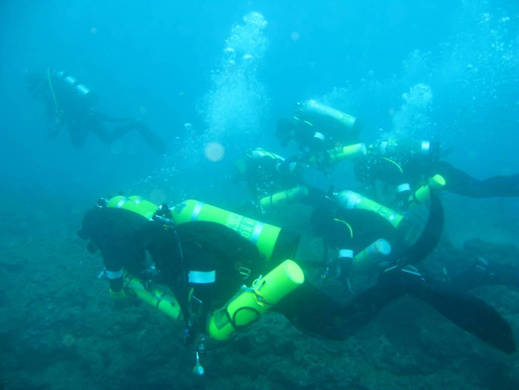 水下考古隊員在水中進行搜尋調查。圖│臧振華提供
