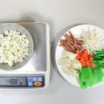 潘文涵團隊設計的散式食物模型,有肉絲、蔬菜、玉米等十幾種,受訪者可回顧自己吃了什麼自行取量組成一盤菜餚,研究人員可直接秤量,使用對換公式,求得食物真實重量。 攝影│張語辰