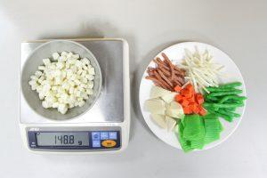 潘文涵團隊設計的散式食物模型,有肉絲、蔬菜、玉米等十幾種,受訪者可回顧自己吃了什麼,自行取量組成一盤菜餚。研究人員可直接秤量,使用對換公式,求得食物真實重量。圖│研之有物
