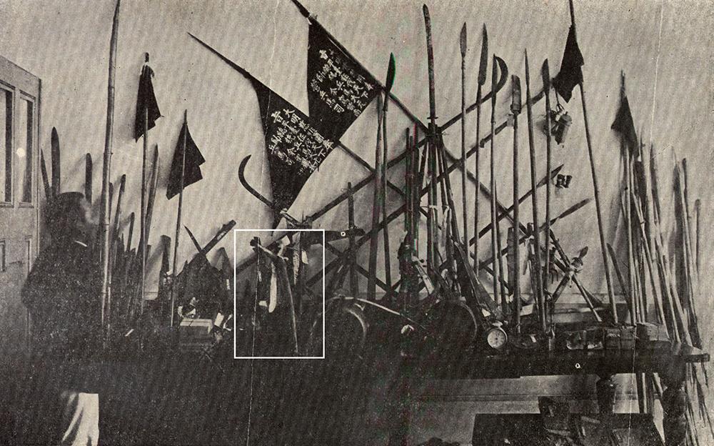 1915 年 8 月,余清芳等人遭日人逮捕後,被收押的武器,可以看到宋江陣的影子。白色圈起來的「乩筆」是余清芳打仗之前,向神明請示的「法器」。 圖片來源│康豹提供
