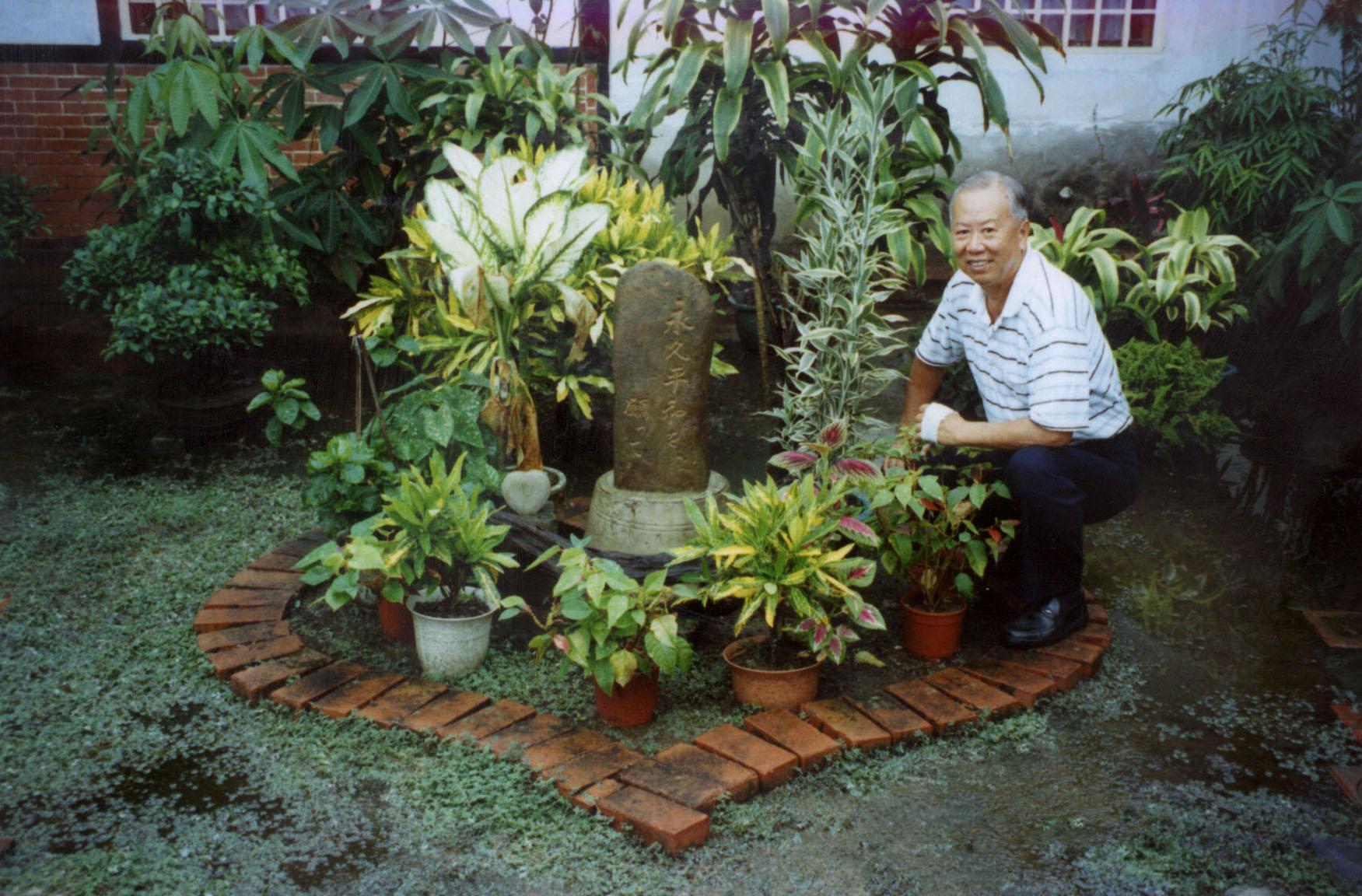 2001 年康豹和學生們到玉井鄉,訪問當時受難家族的後代──江炳煌先生,發現他在花園裡用磚頭排了一個愛心,立了一個石碑用日文刻著「但願有永久的和平」。 圖片來源│康豹提供