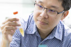 「世界上有很多細菌,我們的工作是研究這些細菌如何變得不一樣!」中研院植物暨微生物所的郭志鴻副研究員說。 攝影│張語辰