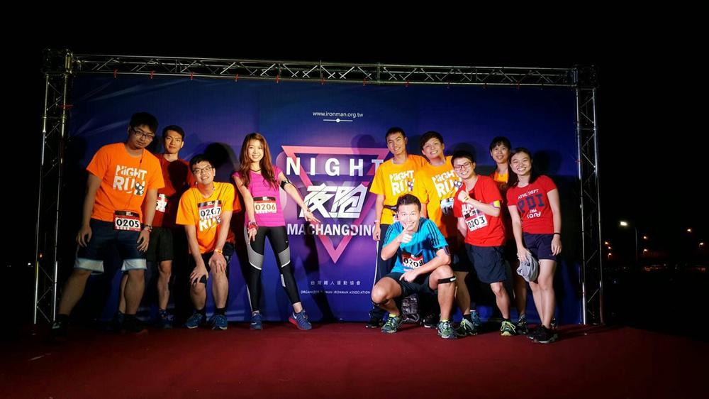 2016 年陳俊安團隊參加半程馬拉松,開跑前充滿能量。 圖片來源│陳俊安實驗室