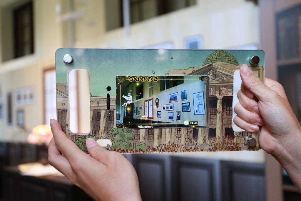 透過行動裝置 AR ,《北城百畫帖》中的角色現身在喫茶店,串聯現實與漫畫裡的空間。 攝影│張語辰