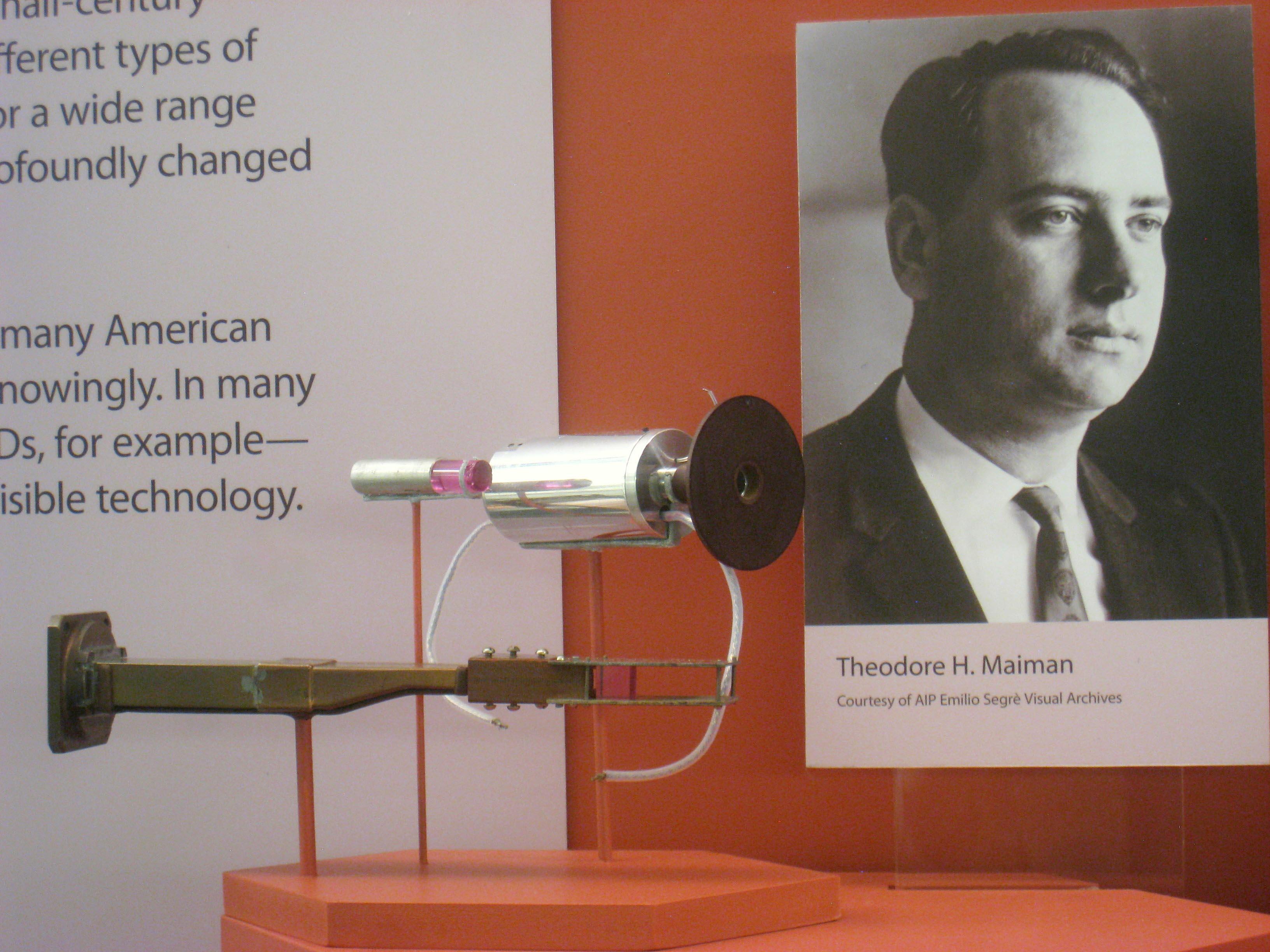 1960 年, Theodore Maiman 實踐「利用受激輻射的原理來得到指定波長的光」這個理論,成功開發出「紅寶石雷射」。 圖片來源│wikipedia