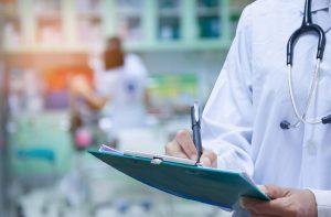 病患在不同層級的醫療院所,需付出的部分負擔也不同。如未經轉診,屬於醫學中心層級的台大醫院部分負擔現為 420 元,而診所僅需要 50 元。圖│iStock(資料來源│部分負擔及免部分負擔說明 )