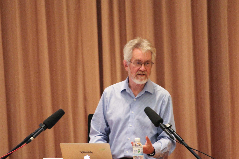 """來自美國麻省理工學院的 Alex """"Sandy"""" Pentland 教授,在機器學習月演講中向大家提問:「在這裡有多少人認為自己是獨立的個體?」 攝影│中研院資訊所"""