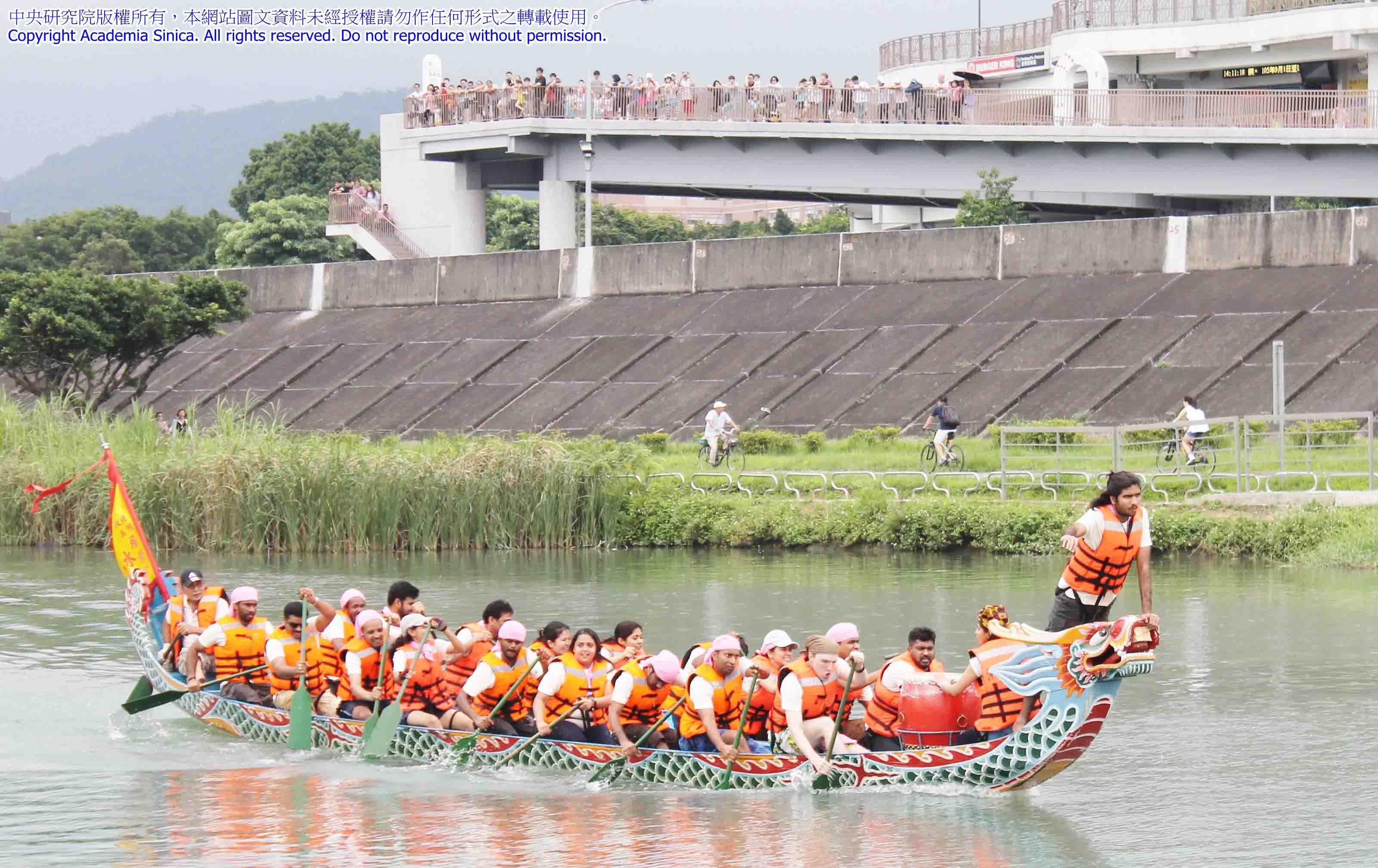來自不同國家的 TIGP 學生,端午節一起參與划龍舟活動,激起跨文化交流的水花。圖│2017-05-30 Dragon Boat Race