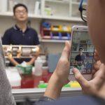 實驗室成員陳則言、邱俊傑,向參訪民眾說明量子電子元件的製程與設備。 攝影│張語辰