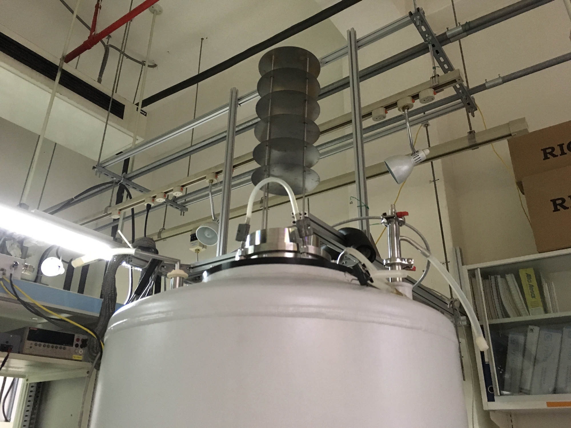 液態氮與液態氦容器的真空保溫容器。操作時「稀釋冷凍機」是由上方置入,外圍的液態氦與液態氮可以隔絕室溫熱輻射,並提供 4.2K 的溫度。 攝影│張語辰