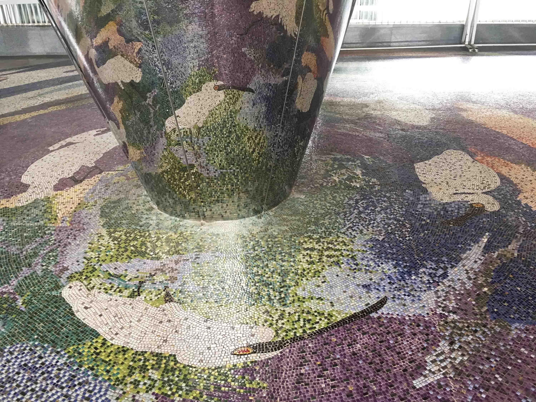 台鐵沙崙站的扭曲圖形公共藝術,鏡子柱投影顯現地面上的黑面琵鷺。 攝影│林婷嫻