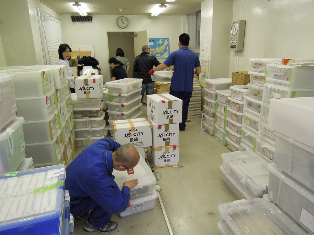 2012 年中研院臺史所檔案館團隊,前往日本長崎打包泰益號史料。除了勘查資料典藏的環境,也會檢查檔案書信的保存情況。圖│2012 年 4 月 2 日拍攝,中央研究院臺灣史研究所檔案館提供